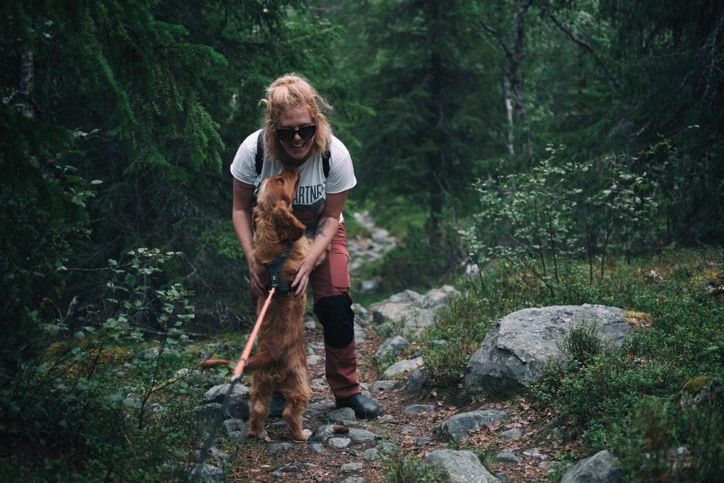Randonnée avec son chien dans les sentiers du Québec crédit Pexels